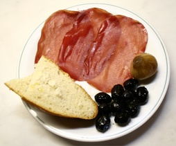 Bresaola della Valtellina (PGI/IGP), olives, a pickled onion and bread